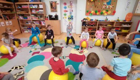 Realizacja zajęć sportowo-ruchowych w grupach Krasnali i Kotków