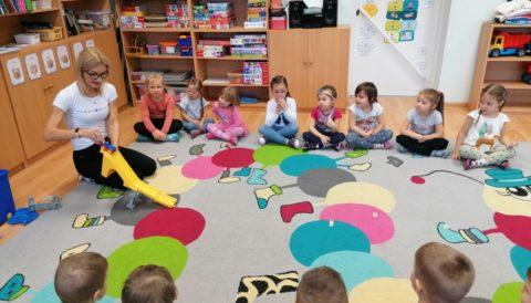 Przedszkolne zabawy Krasnali podczas zimowych miesięcy
